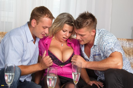 Flavia threesome Mature.NL